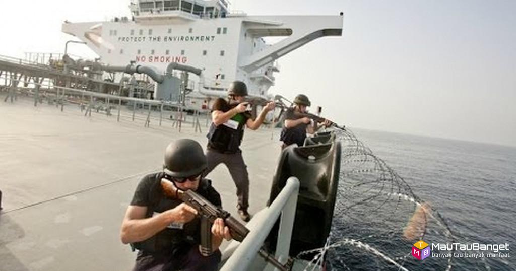 Video pertempuran antara bajak laut somalia dan mercenaries melindungi kapal kargo