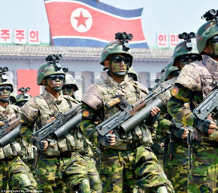 Tentara Korea Utara Menunjukkan Senjata Palsu Dalam Parade Militer