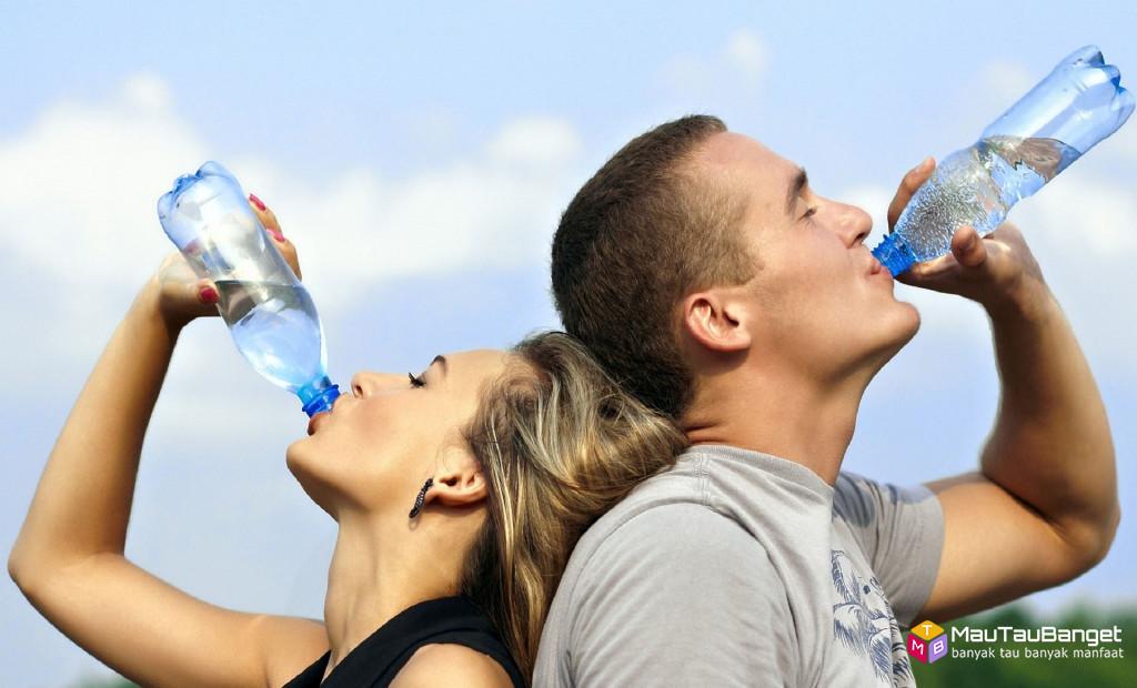 9 manfaat air putih untuk tubuh dan mental